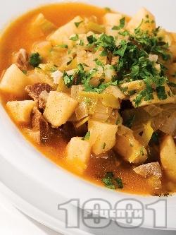 Телешка яхния със зеленчуци, картофи, праз лук и пащърнак и доматено пюре в тенджера - снимка на рецептата